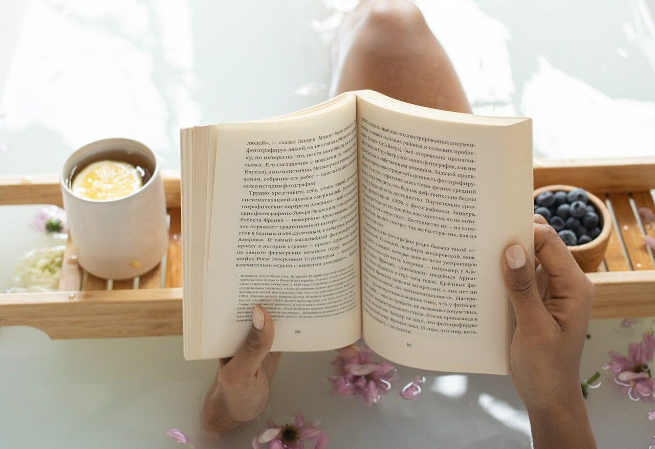 lire un livre pour se détendre après le travail